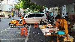 Salah satu penjual ponsel di kawasan Pasar Besar Malang dan Malang Plaza yang berjualan di luar pusat perbelanjaan (mal) lantaran selama PPKM pusat perbelanjaan tutup atau terbuka hanya terbatas. (Foto: M Ulul Azmy/Tugu Malang/Tugu Jatim)