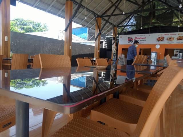 Sepinya suasana restoran seafood yang berada di area Wisata Pantai Kelapa, Kelurahan Panyuran, Kecamatan Palang, Kabupaten Tuban Senin (26/7/2021) akibat kebijakan PPKM Darurat yang diperpanjang. (Foto: Moch Abdurrochim/Tugu Jatim)