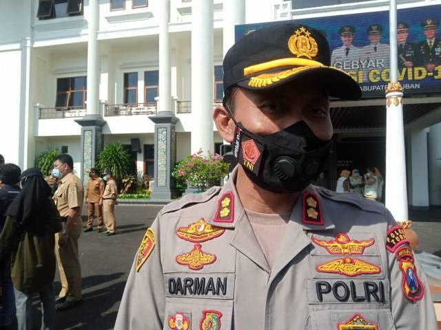 Kapolres Tuban AKBP Darman saat diwawancarai awak media terkait PPKM Darurat yang akan dilaksanakan juga di Kabupaten Tuban. (Foto: Mochamad Abdurrochim/Tugu Jatim)