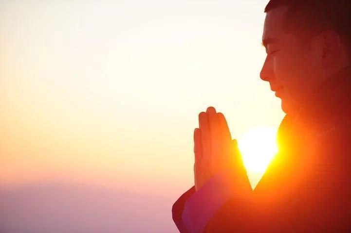 Ilustrasi seseorang melakukan meditasi dan yoga. Salah satu kegiatan atau olahraga yang bisa dilakukan di masa perpanjangan PPKM Level 4. (Foto: Pixabay)