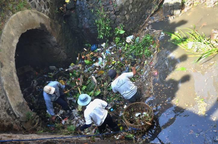 Masyarakat Kota Batu membersihkan sampah dari aliran sungai bersama Sabers Pungli Kota Batu (Foto: Dokumen/Sabers Pungli) tugu jatim