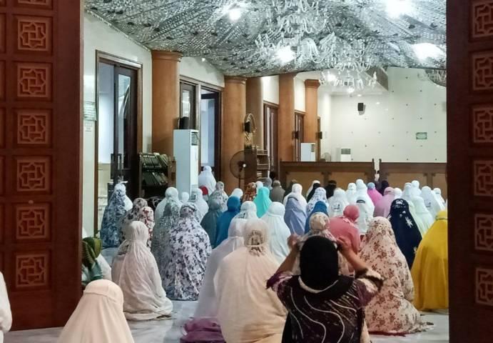 Jemaah salat di Masjid Agung Darussalam Bojonegoro pada 03 Juli 2021 lalu. (Foto: Mila Arinda / Tugu Jatim) idul adha muhammadiyah bojonegoro