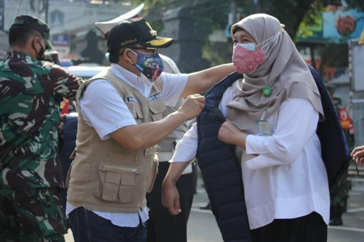 Wali Kota Malang Sutiaji saat memberikan jaket simbolis kepada anggota tim trauma healing Sama Ramah, Rabu (21/7/2021). (Foto: Humas Polresta Malang Kota) tugu jatim
