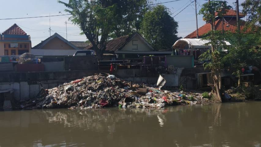 Timbunan sampah di bantaran sungai Sidoarjo, diamati langsung saat Ekspedisi Sungai Nusantara di Perairan Sidoarjo Jawa Timur oleh River Warrior Indonesia, Brigade Evakuasi Popok, Ecoton, dan lain-lain. (Foto: Ecoton)