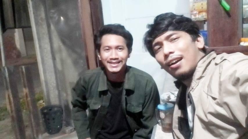 Rangga (kiri) dan Hilal (kanan) di salah satu warung Kota Surabaya. (Foto: Rangga Aji/Tugu Jatim)