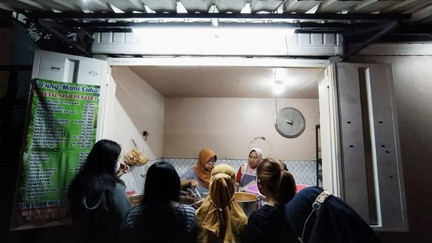 Tampak depan penjual kuliner Sego Penjara di kawasan Polehan, Kota Malang. (Foto: M Ulul Azmy/Tugu Malang/Tugu Jatim)