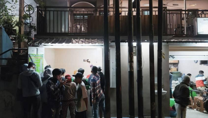 Suasana banyaknya orang mengantre untuk membeli Sego Penjara. (Foto: M Ulul Azmy/Tugu Malang/Tugu Jatim)