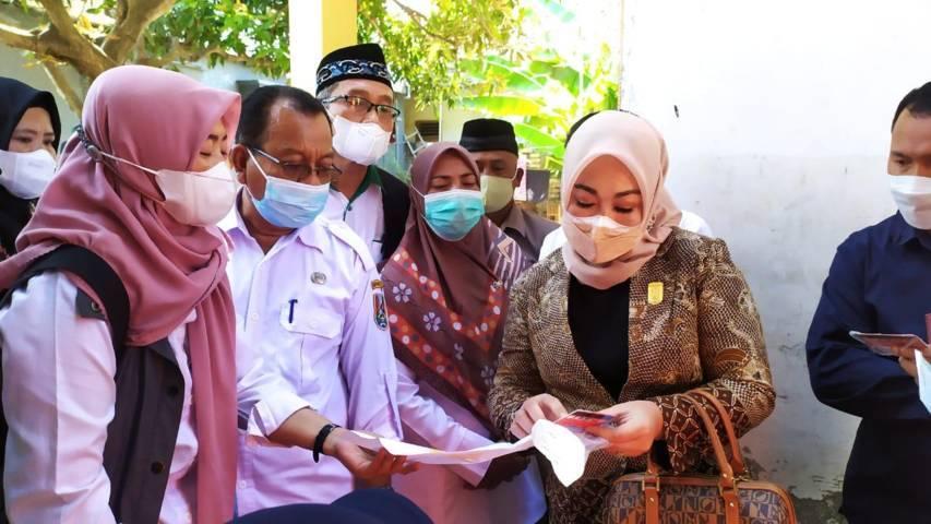 Ketua Komisi IV DPRD, Tri Astuti bersama anggotanya melakukan sidakterkain bansos di Desa Socorejo, Kecamatan Jenu, Kabupaten Tuban, Rabu (28/7/2021). (Foto: Humas DPRD Tuban) tugu jatim