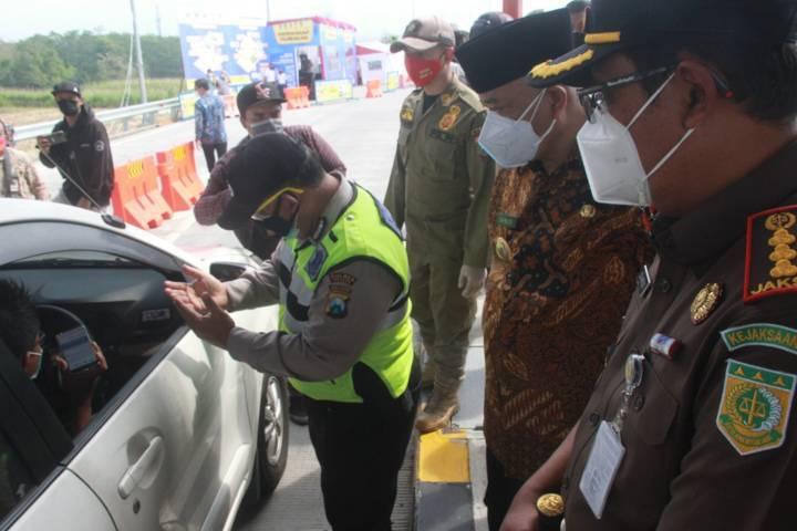 Sidak di Posko Penyekatan Exit Tol Singosari, Kabupaten Malang yang dilakukan oleh jajaran Forkopimda Kabupaten Malang, Kamis (9/7/2021). (Foto: Rubianto/Tugu Malang/Tugu Jatim)