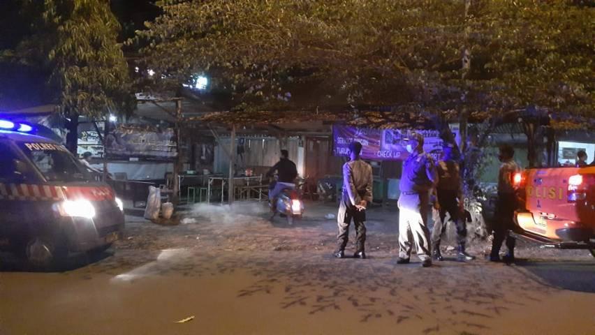 Jajaran petugas gabungan ketika melakukan patroli PPKM Darurat dan mendatangai warung kopi di kawasan Jalan Soekarno Hatta, Desa Bogorejo, Kecamatan Merakurak karena masih nekat buka di atas pukul 20.00 WIB, Senin (5/7/2021) malam. (Foto: Humas Polres Tuban)