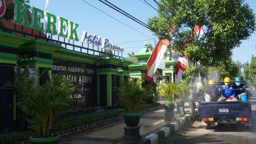 Penyemprotan disinfektan di jalan-jalan utama dan di fasilitas umum yang dilakukan Semen Indonesia (SIG) di sekitar wilayah Pabrik Tuban dan beberapa desa di wilayah Kecamatan Kerek, Kabupaten Tuban, Rabu (14/7/2021). (Foto: Dokumen/Humas SIG) tugu jatim