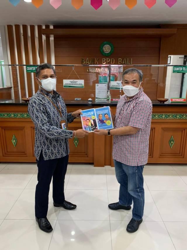 Kepala Bank BPD Bali Cabang Mataram, Nusa Tenggara Barat, I Gede Muliawan bersama Dr Aqua Dwipayana. (Foto: Dokumen) tugu jatim