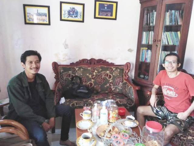 Redaktur Tugu Jatim ID Gigih Mazda Zakaria (sebelah kanan) dan Pewarta Tugu Jatim ID area Surabaya Rangga Aji (sebelah kiri) di Rumah Kecamatan Turen, Kabupaten Malang, Minggu (04/07/2021). (Foto: Rangga Aji/Tugu Jatim)