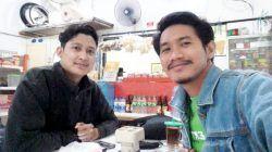 Alfin (kiri) dan Rangga (kanan) di salah satu warung kopi Kota Surabaya, Minggu (18/07/2021). (Foto: Rangga Aji/Tugu Jatim)