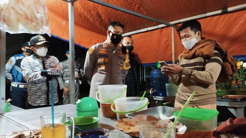 Wali Kota Sutiaji bersama Kapolresta Makota AKBP Budi Hermanto berdialog dengan pedagang yang bandel berjualan di atas jam 8 malam, Rabu (7/7/2021) malam. (Foto: M Ulul Azmy/Tugu Malang/Tugu Jatim)