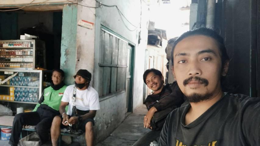 Cak Sugik (paling depan) dan penulis Ulul Azmy berfoto bersama. (Foto: Dokumen)