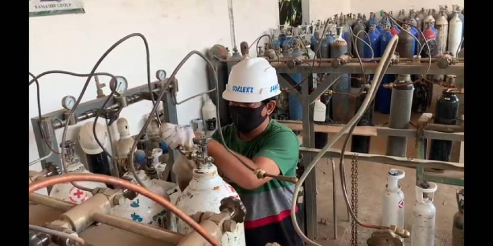 Anggota Reskrim Polres Tuban, mengecek ketersedian Oksigen di Stasiun Pengisian Tabung Oksigen perusahaan PT Samator Gas Industri di jalan HOS. Cokroaminoto no 768 Tuban, Jumat (9/7/2021). (Foto: Humas Polres Tuban) tugu jatim