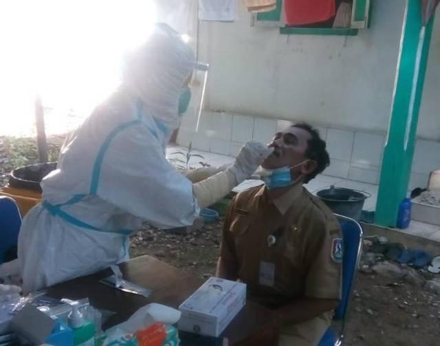Petugas kesehatan melakukan rapid test antigen kepada warga di UDD PMI Tuban dalam kegiatan gerakan serentak melawan Covid-19 di Kelurahan Sidomulyo, Kecamatan Tuban, Selasa (13/7/2021). (Foto: Moch Abdurrochim/Tugu Jatim)