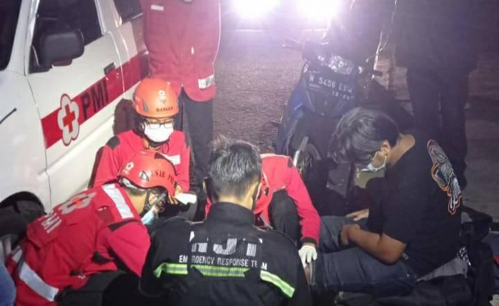 Proses evakuasi korban yang terjatuh ke jurang sedalam sekitar 7 meter di Jembatan Soekarno Hatta, Kota Malang, Senin (5/7/2021) dini hari. (Foto: Dokumen/RJT Kota Malang)
