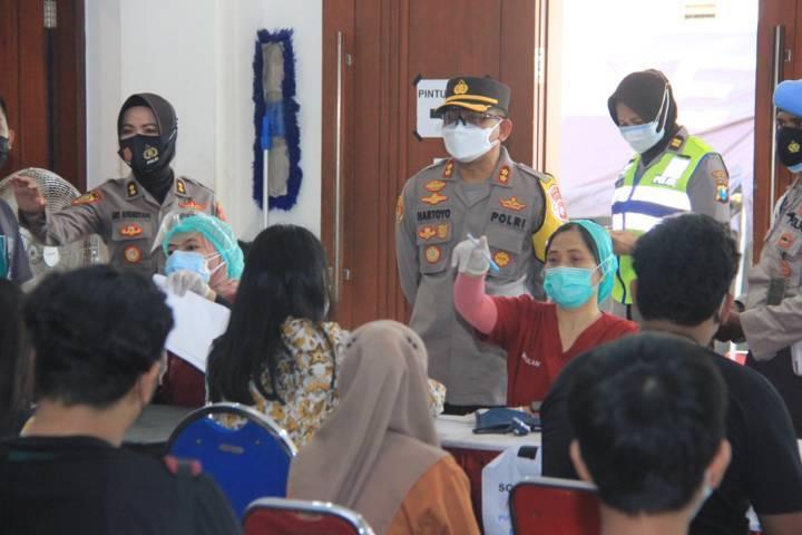 Polrestabes Surabaya mengadakan vaksinasi gratis untuk anak usia 12-17 tahun, Selasa (13/07/2021). (Foto: Polrestabes Surabaya) tugu jatim