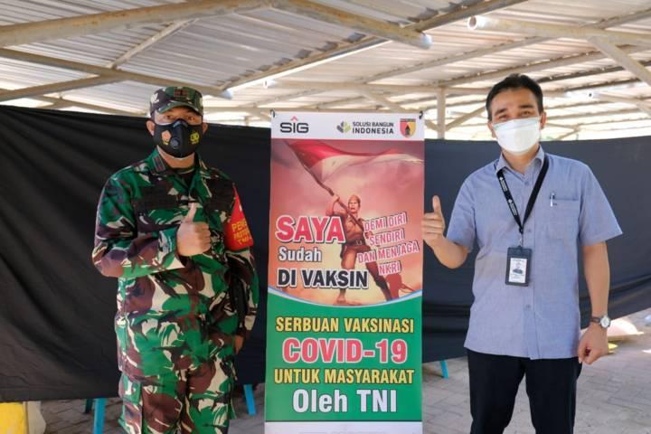 Bapak Erwin H. Purba, General Manager SBI Pabrik Tuban bersama Letda Inf Santoso Kodim 0811 Tuban. (Foto: Humas SIG Tuban)