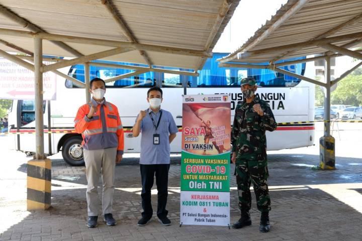 Bapak Erwin H. Purba, General Manager SBI Pabrik Tuban bersama Bapak Edy Siswanto, Security Manager SBI Tuban dan Letda Inf Tarmudiyanto Kodim 0811 Tuban. (Foto: Humas SIG Tuban)
