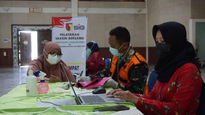 Vaksinasi Covid-19 keluarga dan karyawan Semen Indonesia di Graha Sandiya. (Foto: Humas SIG Tuban)