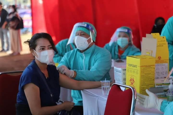 Vaksinasi massal di Stadion Kanjuruhan Kepanjen, Kabupaten Malang pada Minggu (25/07/2021) lalu. (Foto: Rizal Adhi/Tugu Malang/Tugu Jatim)
