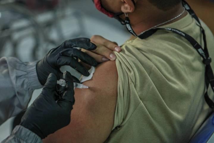 Proses suntikan vaksinasi di Lanal Malang, Rabu (14/7/2021). (Foto: Ben)