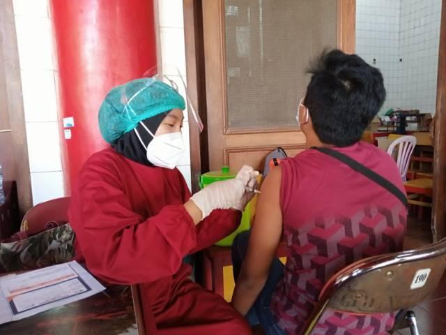 Proses vaksinasi kepada sejumlah anak usia remaja 12-17 yang dilakukan digelar di Tempat Ibadah Tri Darma (TITD) Kwan Sing Bio Tuban, 15 Juli 2021 lalu. (Foto: Moch Abdurrochim/Tugu Jatim)