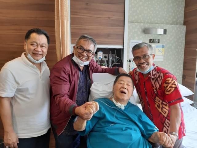 Ventje Suardana (paling kiri) mendampingi ayahnya, Rudy Suardana (berbaring), saat Nurcholis (paling kanan) dan pakar komunikasi dan motivator Dr Aqua Dwipayana menjenguk Rudy di Mount Elizabeth Hospital Singapura di pengujung 2019. (Foto: Dokumen)