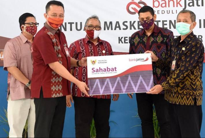Wali Kota Kediri, Abdullah Abu Bakar berencana menyalurkan bantuan sosial Sahabat pada 12-22 Juli 2021 mendatang. (Foto: Pemkot Kediri) tugu jatim
