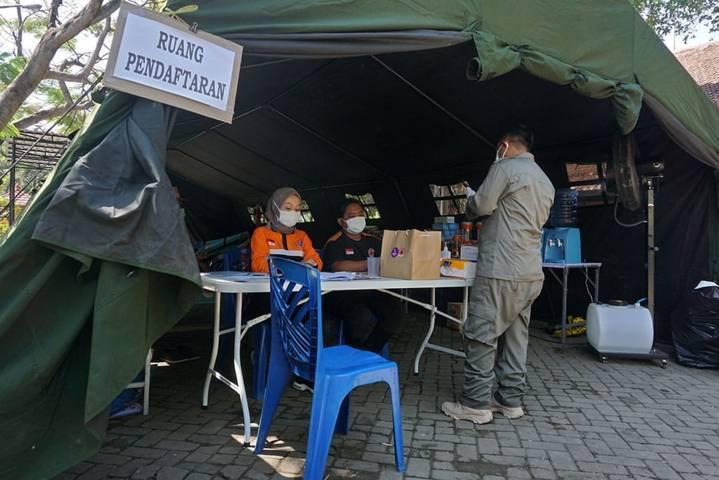 Tempat pendaftaran isolasi Covid-19 di Gedung Balai Latihan Kerja (BLK) dan GNI Kota Kediri. (Foto: Rino Hayyu/Tugu Jatim)