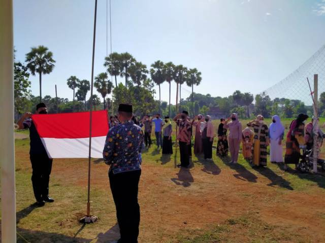 Upacara Kemerdekaan Republik Indonesia ke-76 yang digelar warga Tuban dengan cara sederhana memakai prokes ketat pada Selasa (17/08/2021). (Foto: Mochamad Abdurrochim/Tugu Jatim)