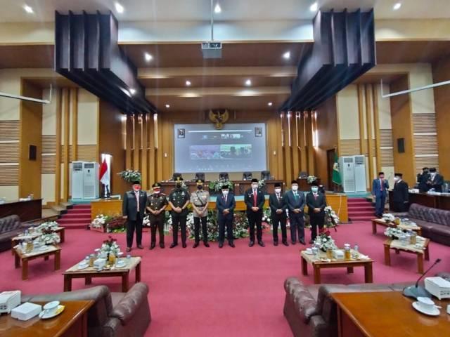 Forkopimda Kabupaten Malang usai mendengar pidato Presiden RI tentang RUU APBN 2021 secara virtual di Ruang Rapat Paripurna DPRD Kabupaten Malang, Senin (16/08/2021). (Foto: M. Sholeh/Tugu Jatim)