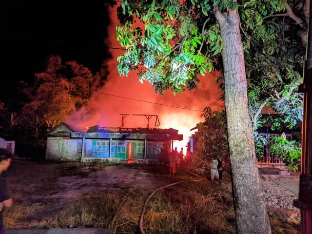 Kebakaran rumah yang dihuni Anas, 45; dan Mahtuq, 32, warga Desa Bakung, Kecamatan Kanor, Kabupaten Bojonegoro, ini terjadi pada Rabu dini hari (04/08/2021). (Foto: Damkar Bojonegoro/Tugu Jatim)