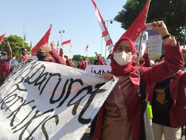 Anggota IMM Tuban tampak membawa spanduk saat beraksi di depan Gedung Pemkab Tuban, Kamis (12/08/2021) untuk menuntut PPKM dievaluasi dan dikaji ulang. (Foto: Rochim/Tugu Jatim)