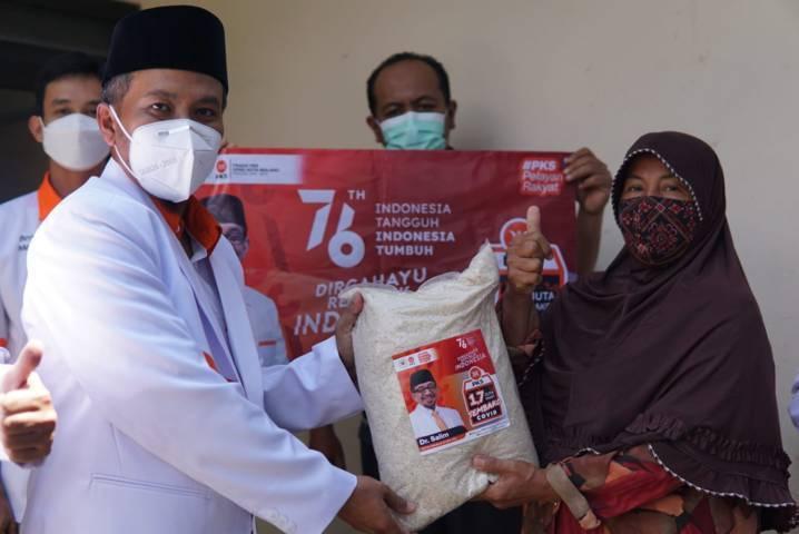 Ketua DPD PKS Kota Malang Ernanto Djoko Purnomo saat membagikan paket sembako kepada warga terdampak Covid-19 pada Selasa (17/08/2021). (Foto:Dokumen/Tugu Jatim)