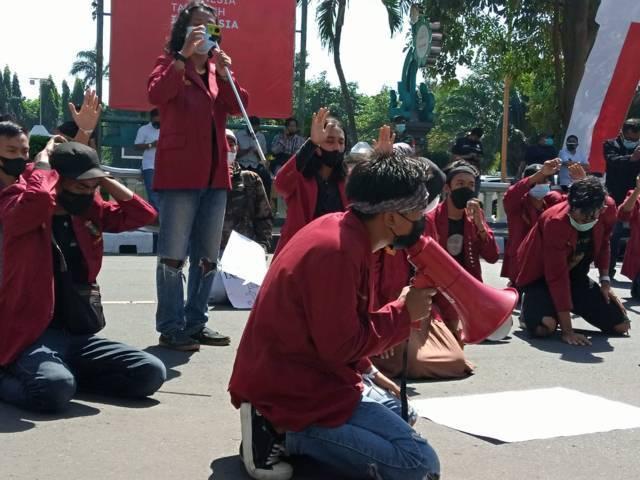 Mahasiswa Tuban menuntut bantuan sosial (bansos) untuk masyarakat segera disalurkan melalui aksi demo di depan Gedung Pemkab Tuban, Kamis (12/08/2021). (Foto: Rochim/Tugu Jatim)