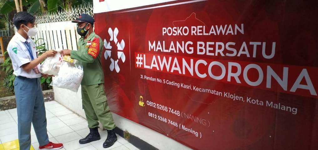 Ifron Petrus, pelajar kelas XII SMKN 4 Kota Malang, ini menjadi relawan penanganan Covid-19 yang tergabung dalam gerakan Malang Bersatu Lawan Corona (MBLC), Selasa (10/08/2021). (Foto: Rubianto/Tugu Jatim)