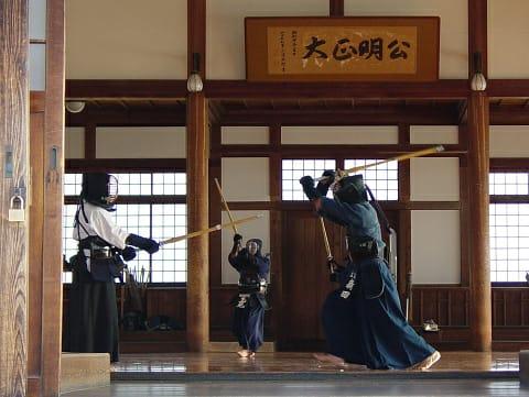 Seni beladiri Kendo yang menggunakan pedang ada di Malang, beladiri ini berasal dari Jepang/tugu jatim