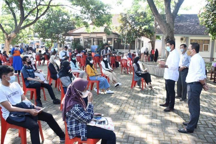 Wali Kota Kediri Abdullah Abu Bakar mengajak para siswa taat prokes saat vaksinasi di SMAN 1 Kediri pada Rabu (04/08/2021).(Foto: Rino Hayyu Setyo/Tugu Jatim)