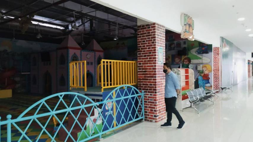Suwanto melihat tenant yang tutup akibat pemberlakuan PPKM Level 4, pada Selasa (03/08/2021).(Foto:Azmy/Tugu Jatim)