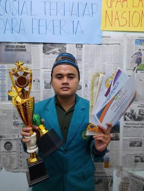 Mahasiswa Unisma, Muhammad Afnani Alifian, dengan segudang piala dan penghargaan. (Foto: Dokumen) tugu jatim