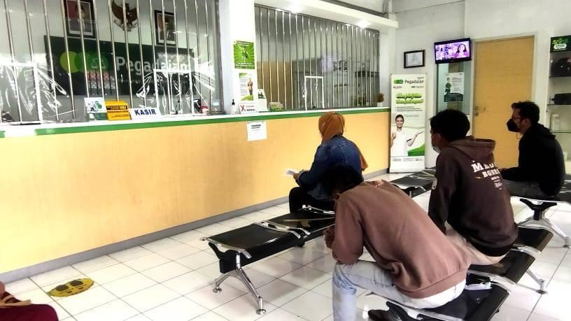 Aktivitas transaksi di Kantor Unit Pembantu Cabang (UPC) Pegadaian Kota Batu. (Foto:Azmy/Tugu Jatim)