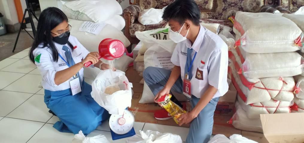 Moura Eka, pelajar kelas XI SMAN 1 Lawang; dan Ifron Petrus, pelajar kelas XII SMKN 4 Kota Malang, ini menjadi relawan penanganan Covid-19 yang tergabung dalam gerakan Malang Bersatu Lawan Corona (MBLC), Selasa (10/08/2021). (Foto: Rubianto/Tugu Jatim)