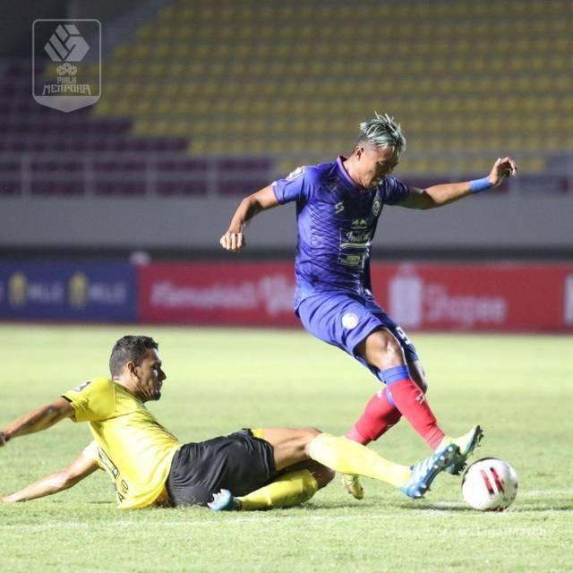 Pemain Arema FC Kushedya Hari Yudho (kanan) saat berduel dengan pemain Barito Putera Cassio De Jessu. (Foto: IG @liga1match/Tugu Jatim)