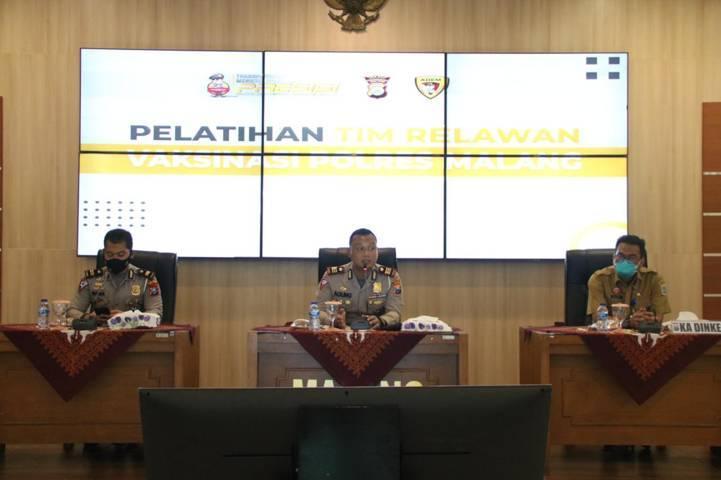 Polres Malang dan Dinas Kesehatan Kabupaten Malang memberikan pelatihan dan pengarahan kepada relawan pada Selasa (10/08/2021). (Foto: Polres Malang/Tugu Jatim)