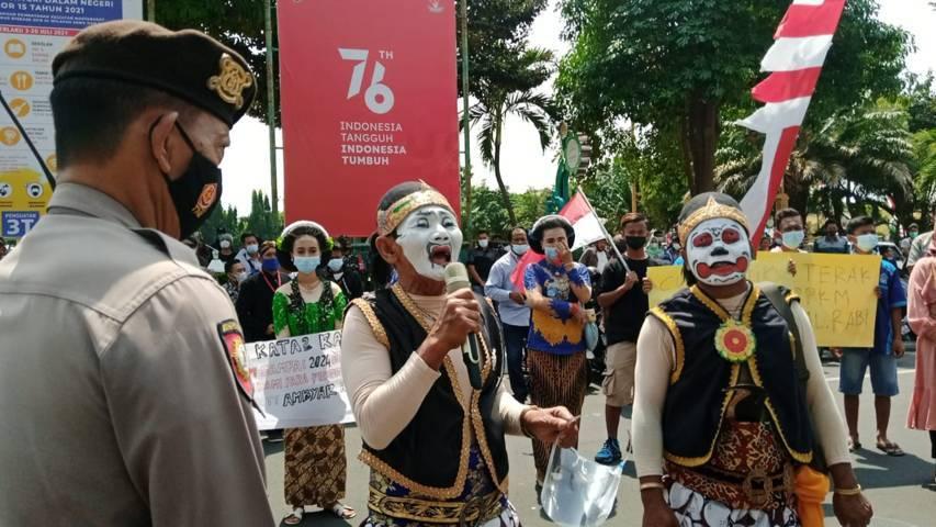 Suyono, seniman lawak, saat curhat selama dua tahun tidak bisa pentas karena pandemi Covid-19 di depan kantor Pemkab Tuban, Kamis (19/08/2021). (Foto: Mochamad Abdurrochim/Tugu Jatim)