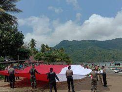 Polres Trenggalek Bentangkan Bendera Merah Putih Raksasa Sepanjang 76 Meter di Pantai Prigi